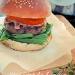 Homemade burger con salsa ai pomodori secchi