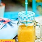 Summer smoothie: smoothie giallo di mango, banana e pesca
