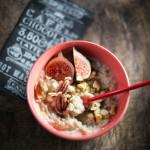 Porridge d'avena con fichi, frutta secca e semi di chia