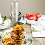 Torre di dorayaki e mele caramellate con salsa coffee toffee