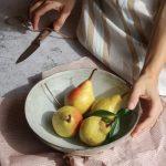 Pere al forno con burro al rosmarino, gorgonzola, noci pecan e miele