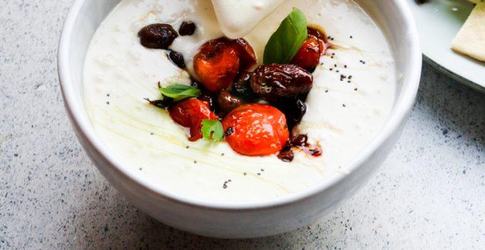 Dip di feta montata e yogurt greco con olive e ciliegini arrosto
