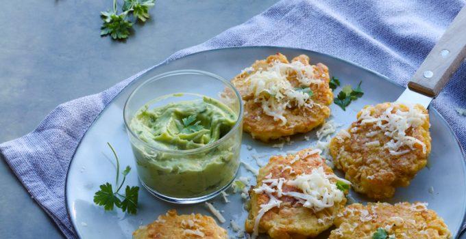 Frittelle mais e formaggio con salsa verde avocado e prezzemolo